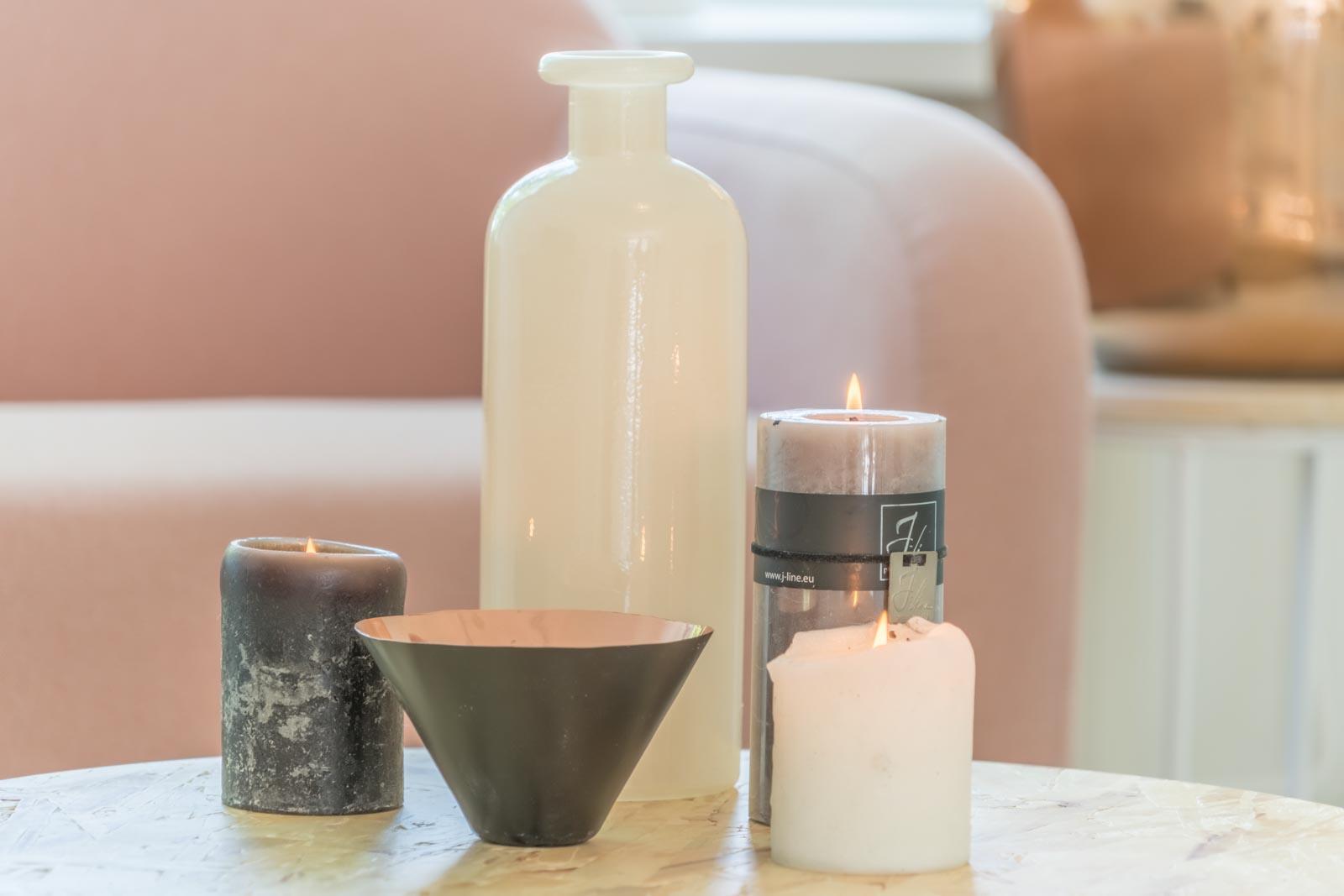 Kaarsen op tafel die het gezellig maken