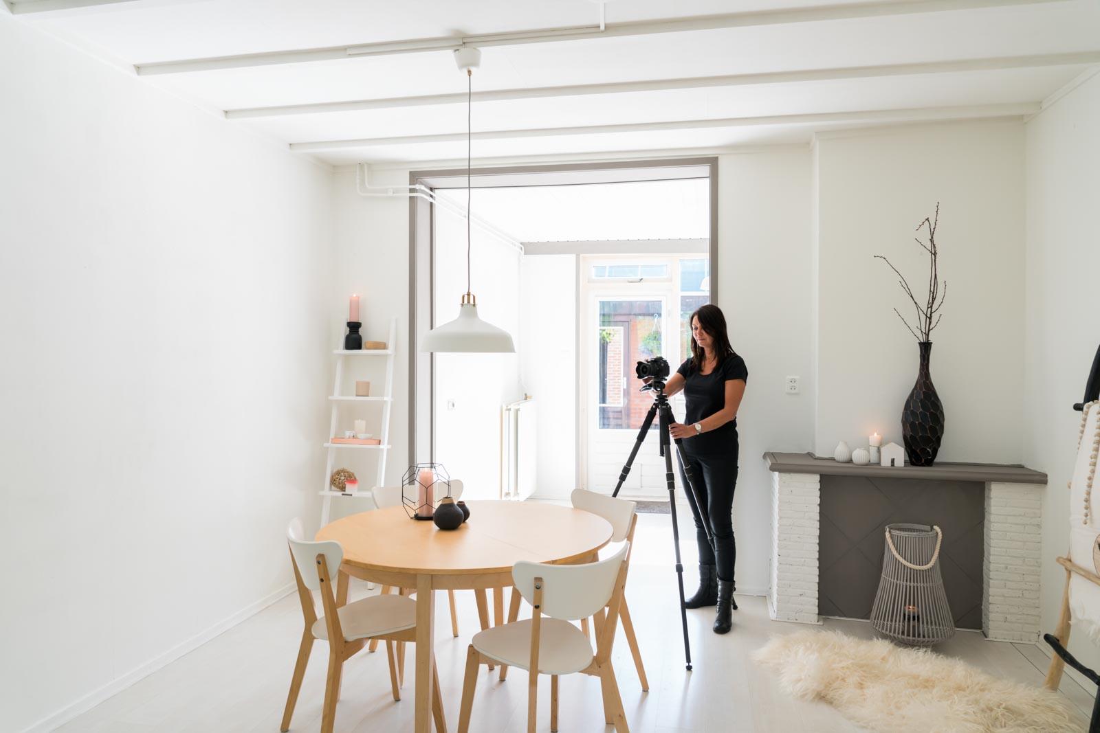 Portret van fotograaf Claudia aan het werk