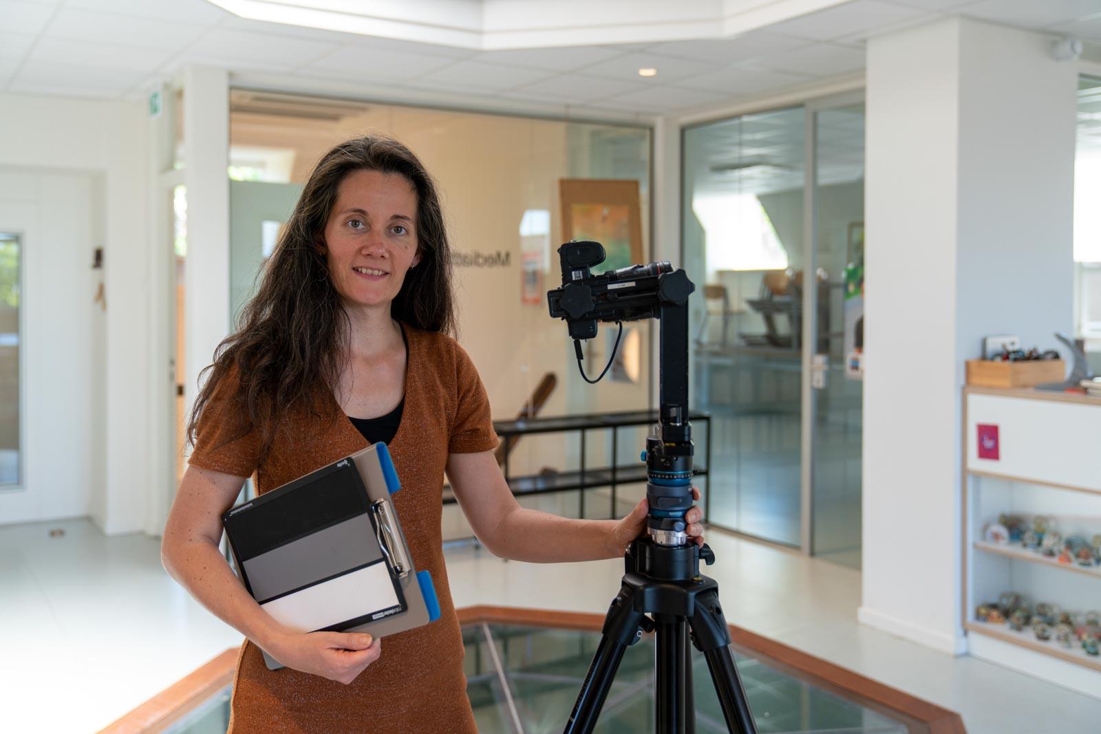 Portret van fotograaf Marije aan het werk
