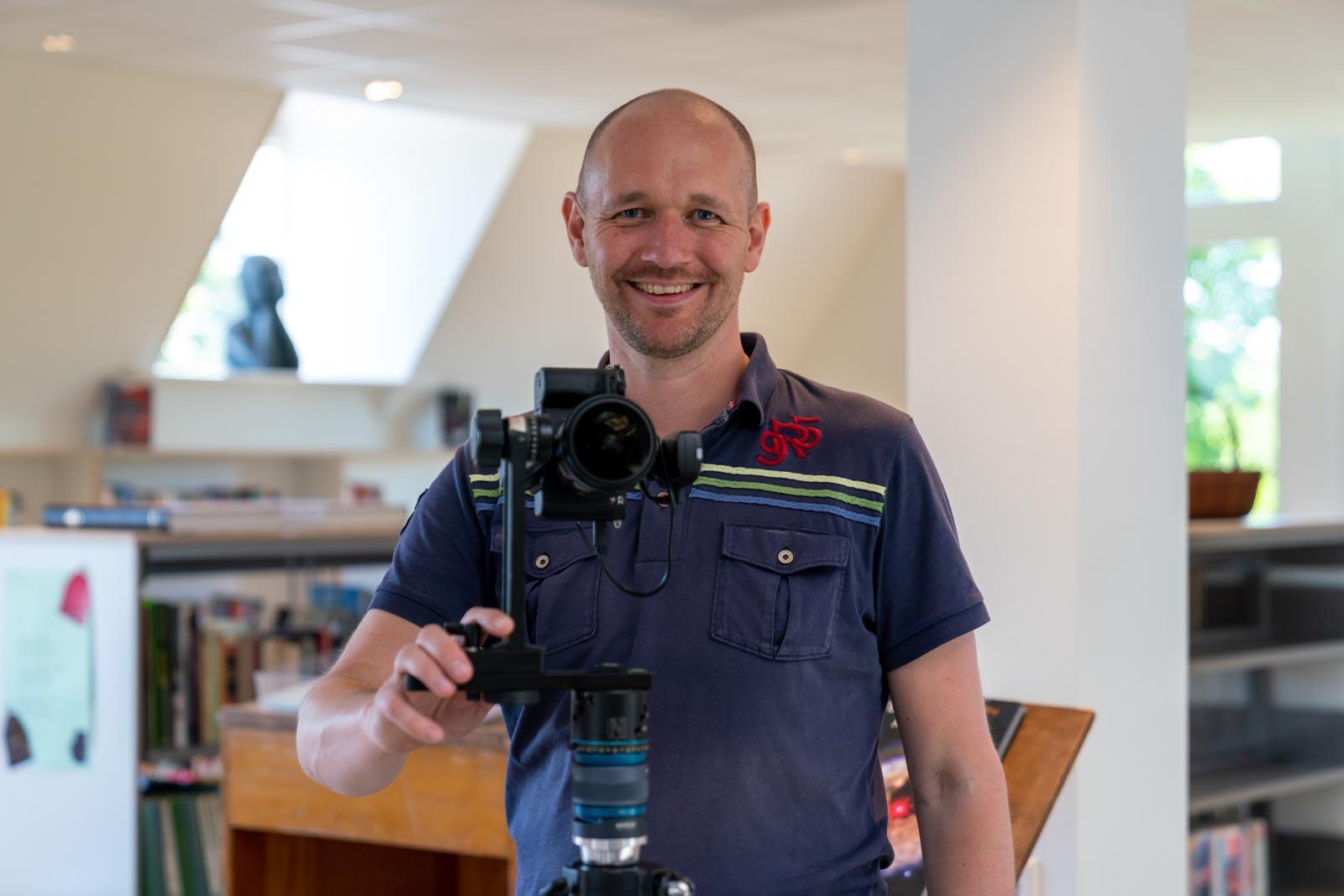 Portret van fotograaf Redmar aan het werk